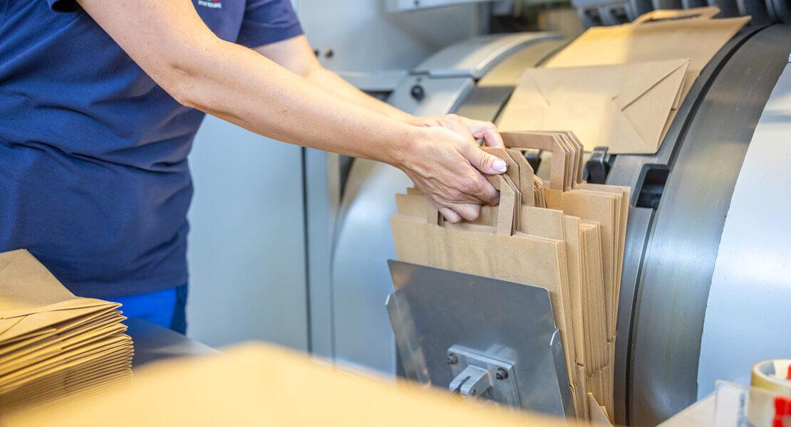 Papiertragetaschen und Rollenpapier
